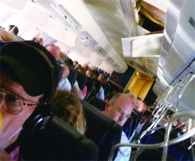 你乘坐的飞机突然破了个洞