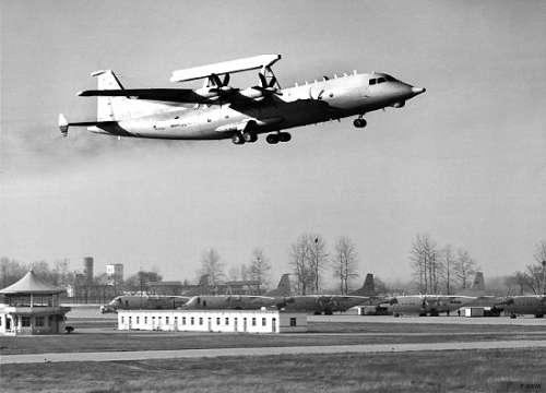 作为证据,在北海舰队某航空兵场站,其他飞机都在露天停机坪上摆放